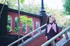 逗人喜爱的亚洲矮小的美好的女孩戏剧秋天在城市公园 免版税库存照片