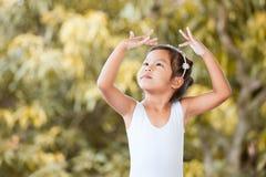 逗人喜爱的亚裔儿童女孩实践芭蕾 库存照片
