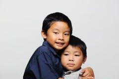 逗人喜爱的亚裔兄弟 库存照片