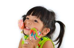 逗人喜爱的亚裔女婴和大棒棒糖 库存图片