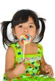 逗人喜爱的亚裔女婴和大棒棒糖 库存照片