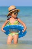 逗人喜爱的亚裔女孩享受游泳。 库存照片