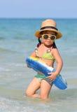 逗人喜爱的亚裔女孩享受游泳。 免版税库存照片