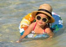 逗人喜爱的亚裔女孩享受游泳。 库存图片