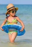 逗人喜爱的亚裔女孩享受游泳。 图库摄影