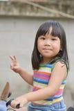 逗人喜爱的亚裔女孩喜欢演奏汽车 免版税库存照片