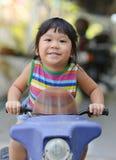 逗人喜爱的亚裔女孩喜欢演奏玩具汽车 免版税库存图片