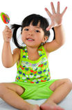 逗人喜爱的亚裔女婴和大棒棒糖 免版税图库摄影