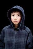 逗人喜爱的亚裔男孩佩带的有冠乌鸦 免版税库存图片