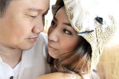 逗人喜爱的亚洲夫妇 免版税图库摄影