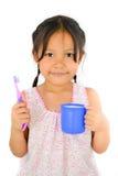 逗人喜爱的亚洲女孩和牙刷 免版税库存照片