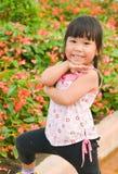 逗人喜爱的亚洲女孩和花 库存图片