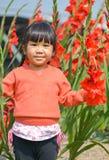 逗人喜爱的亚洲女孩和花 图库摄影