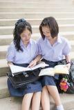 逗人喜爱的亚洲泰国高女小学生学生夫妇在学校 图库摄影