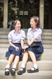 逗人喜爱的亚洲泰国高女小学生学生夫妇在学校 免版税库存图片