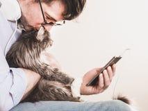 逗人喜爱的人和逗人喜爱的小猫 免版税库存图片