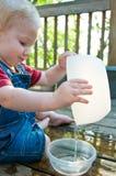逗人喜爱的作用小孩水 库存图片