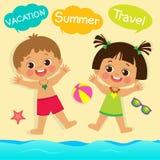 逗人喜爱的使用与在夏天海滩的沙子的小男孩和女孩 它是真正地滑稽的 向量例证