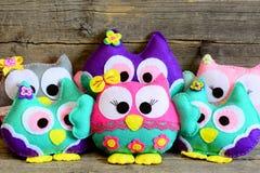 逗人喜爱的儿童毛毡玩具 五颜六色的软的猫头鹰在葡萄酒木背景戏弄 玩具工艺由毛毡制成 乐趣儿童背景 免版税库存照片