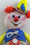 逗人喜爱的儿童` s被充塞的小丑玩偶 免版税库存照片
