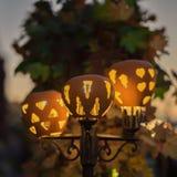 逗人喜爱的光亮电街灯装饰用被雕刻的南瓜 装饰假日,收获,感恩 库存照片