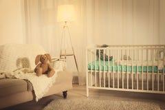 逗人喜爱的兔宝宝玩具坐沙发 图库摄影