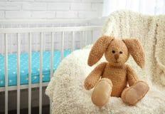 逗人喜爱的兔宝宝玩具 免版税库存照片