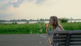 逗人喜爱的卷曲女孩充当公园 影视素材