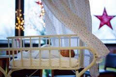 逗人喜爱的可爱的新出生的女婴画象在诞生医院 免版税库存照片