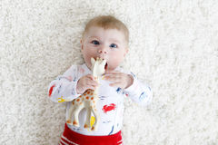 逗人喜爱的可爱的新出生的小孩子画象有玩具的 库存照片