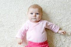 逗人喜爱的可爱的新出生的小孩子画象  免版税库存照片
