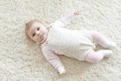 逗人喜爱的可爱的新出生的小孩子画象  库存照片