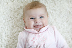 逗人喜爱的可爱的新出生的小孩子画象  免版税图库摄影