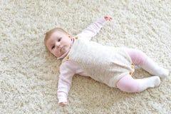 逗人喜爱的可爱的新出生的小孩子画象  免版税库存图片
