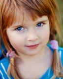 逗人喜爱的可爱的矮小的红发白种人女孩孩子特写镜头画象有蓝眼睛的 库存照片