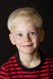 逗人喜爱的吃惊的矮小的白肤金发的男孩 免版税库存图片