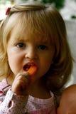 逗人喜爱的吃的女孩少许 免版税库存照片