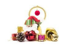 逗人喜爱的圣诞老人由装饰包围 免版税库存图片