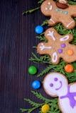 逗人喜爱的圣诞节姜饼曲奇饼和多彩多姿的甜点 库存照片