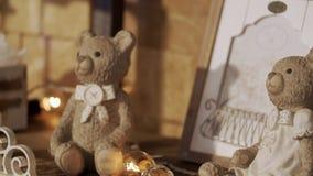 逗人喜爱的圣诞节玩具熊 玩具两头熊坐壁炉 两小涉及壁炉 欢乐情况 股票视频