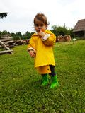 逗人喜爱的在嘴的小孩常设手指在firewoods前面的汇集在堆的 免版税图库摄影