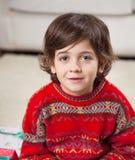 逗人喜爱的在圣诞节期间的男孩佩带的毛线衣 库存图片