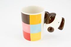 逗人喜爱的在白色背景隔绝的狗陶瓷杯子 免版税库存图片