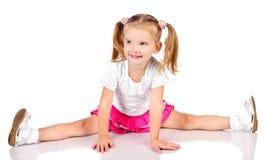逗人喜爱的坐的微笑的小女孩纵向 库存照片