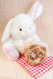逗人喜爱的复活节兔子和复活节彩蛋在篮子 免版税库存照片