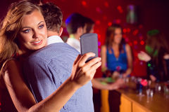 逗人喜爱的夫妇减慢一起跳舞 库存图片