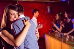 逗人喜爱的夫妇减慢一起跳舞 库存照片