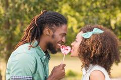 逗人喜爱的夫妇在公园 免版税库存照片