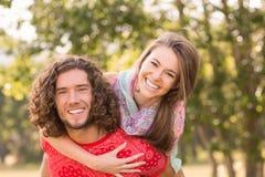 逗人喜爱的夫妇在公园 库存照片
