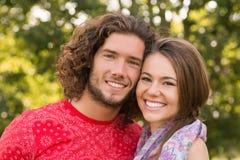 逗人喜爱的夫妇在公园 免版税图库摄影